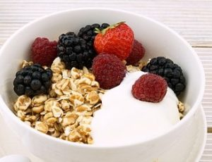 Bowl with berries, oats and plain yogurt